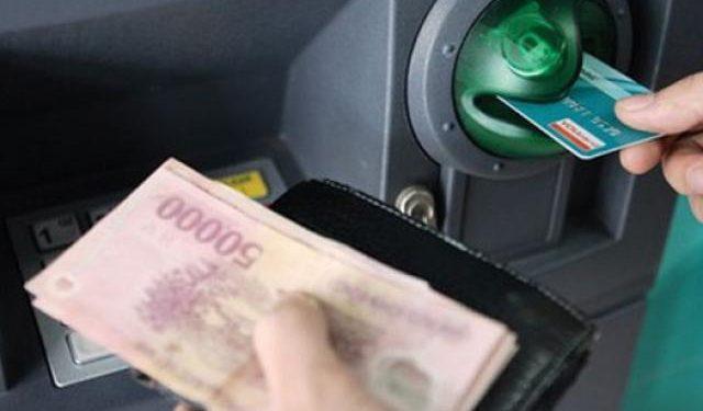 Cho thẻ vào cây ATM để chuyển tiền